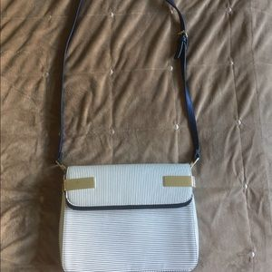 chic cross body purse! navy blue and white